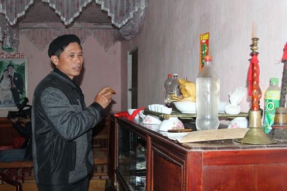 ໝໍພອນກຽມເຄື່ອງຮ້ານບູຊາບັນພະບຸລຸດຢູ່ເຮືອນເຈົ້າບ່າວ ເພື່ອກະກຽມຮັບເຈົ້າສາວ  (ພາບ:baothainguyen.org.vn)