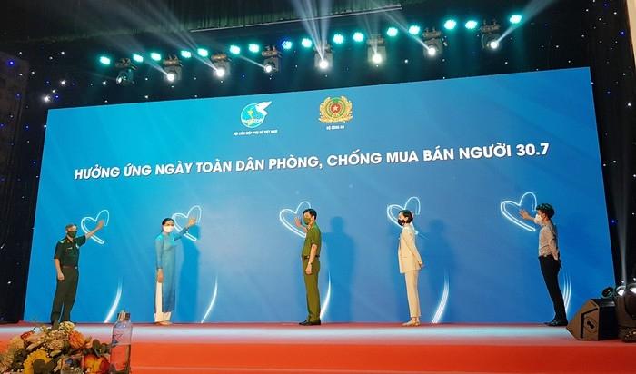 """ກອງປະຊຸມທາງອອນລາຍ ຮ່ວມແຮງຮ່ວມໃຈປ້ອງກັນ, ຕ້ານການຄ້າມະນຸດ ດ້ວຍຫົວຂໍ້ວ່າ """"ຮັບຟັງຜູ້ປະສົບເຄາະຮ້າຍ - ຊີ້ນຳການກະທຳ"""" (ພາບ:  phunuvietnam.vn)"""