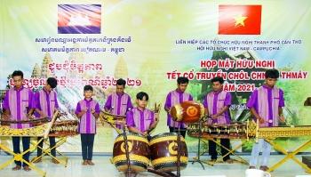 ເກີນເທີ: ມອບຂອງຂວັນທີ່ຈຳເປັນໃນການພົບປະມິດຕະພາບບຸນເຕັດ Chol Thnam Tmay